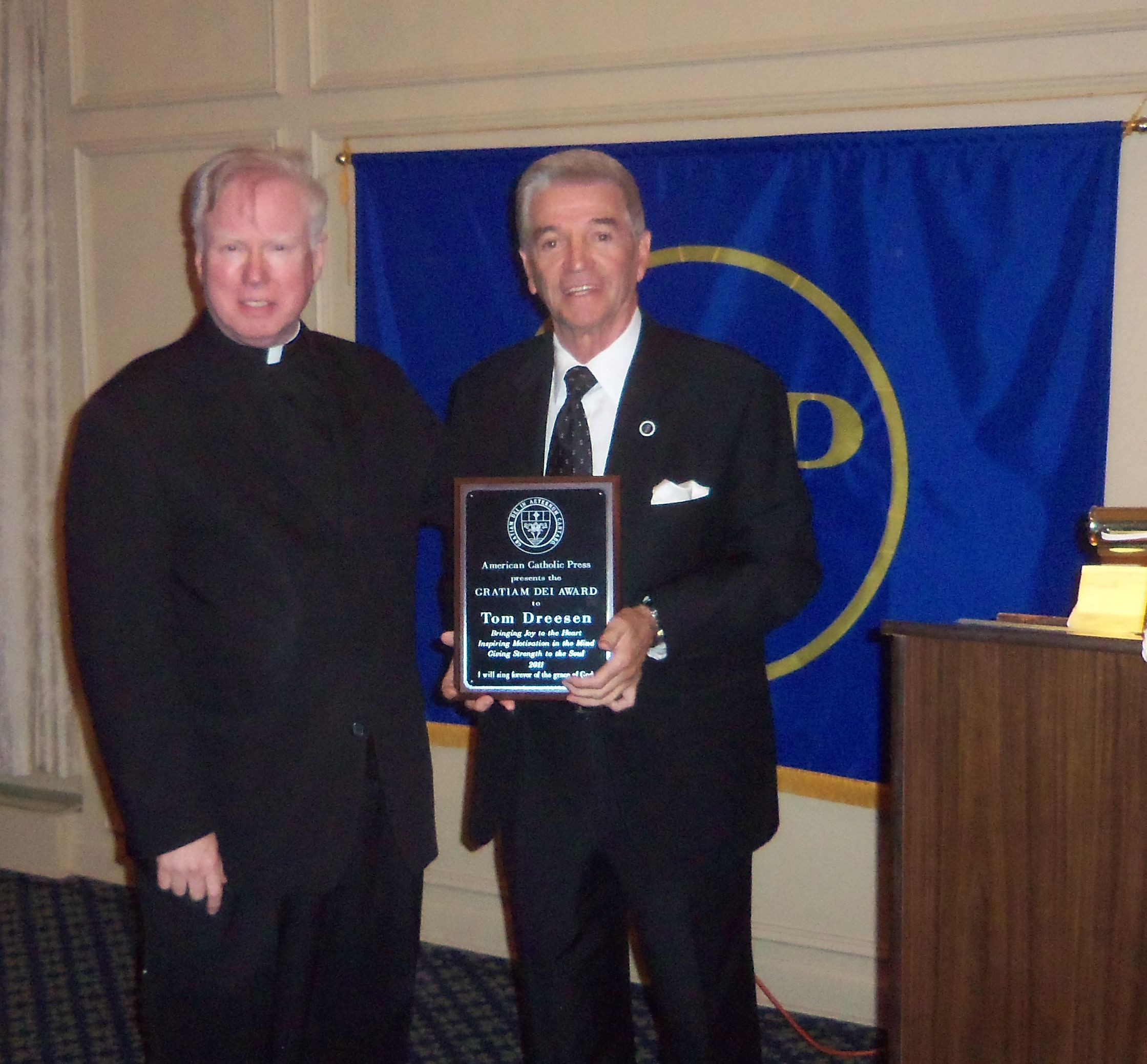 Tom Dreesen receives the 2011 Gratiam Dei Award.